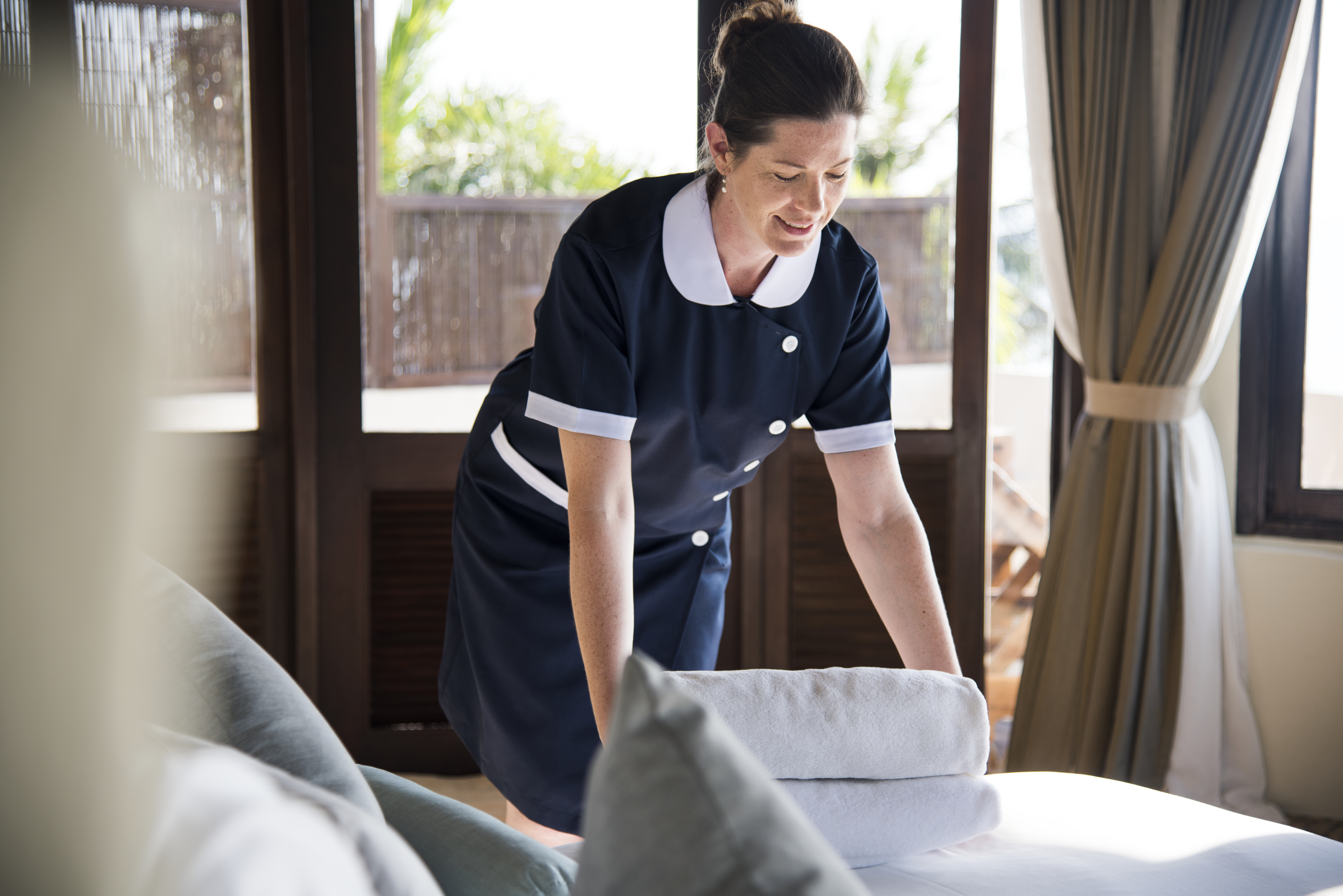 housekeeper-cleaning-a-hotel-room-VUPSDAQ